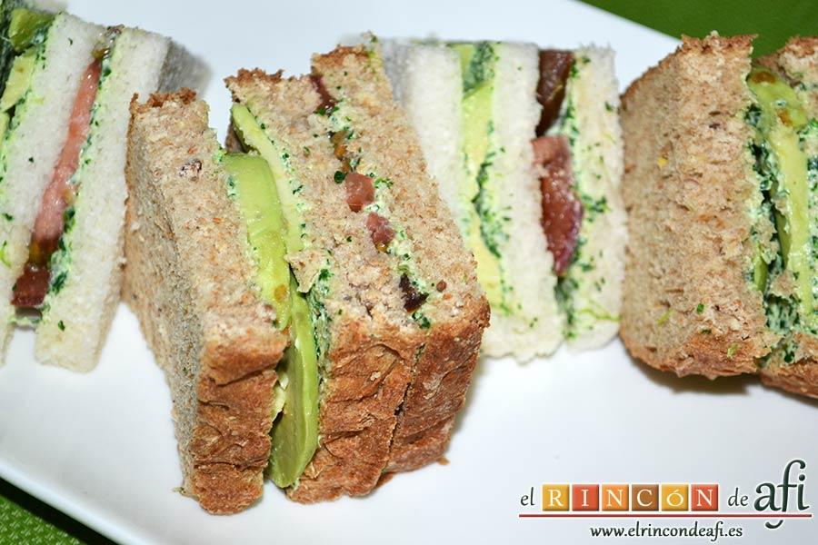 Crema de berros con queso, tomate y aguacate para untar en sandwiches, sugerencia de presentación
