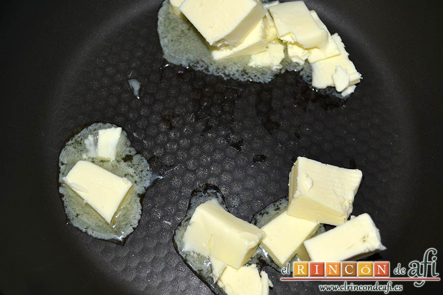 Hojaldre relleno con crema pastelera y manzana, derretir la mantequilla en una sartén