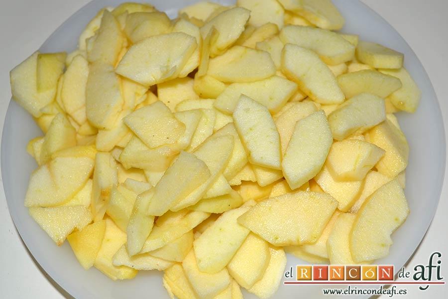 Hojaldre relleno con crema pastelera y manzana, pelar y cortar las manzanas en trozos no muy gordos