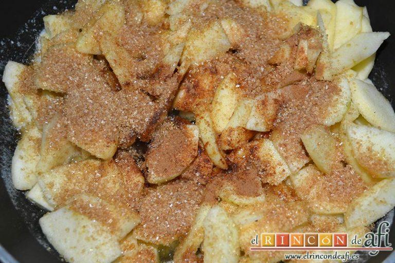 Hojaldre relleno con crema pastelera y manzana, añadir el azúcar moreno y dejar cocinar