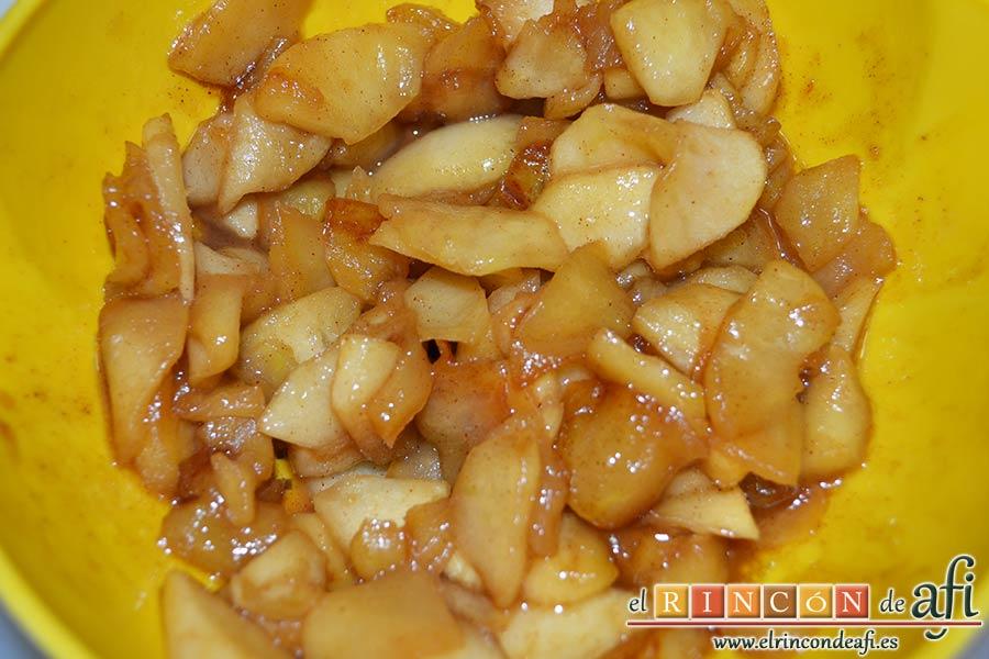 Hojaldre relleno con crema pastelera y manzana, escurrir las manzanas