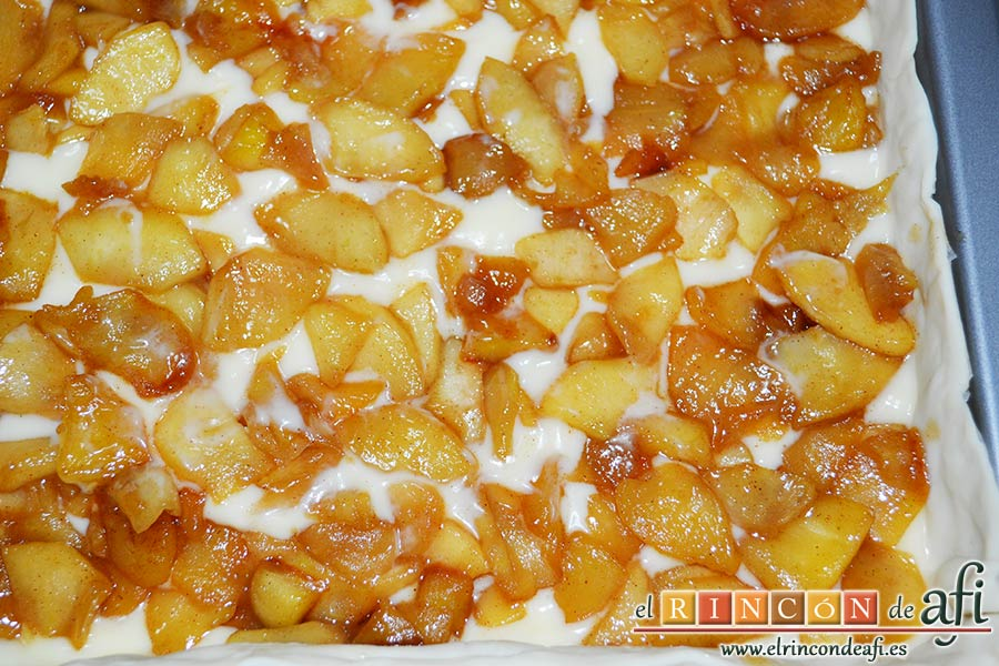 Hojaldre relleno con crema pastelera y manzana, distribuir las manzanas sobre la crema