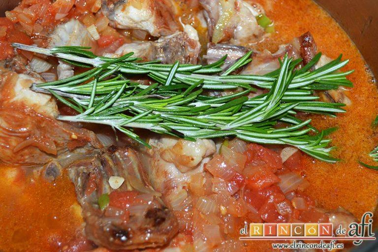 Conejo guisado con sidra y romero, añadimos la sidra, removemos todo bien y colocamos encima las ramitas de romero