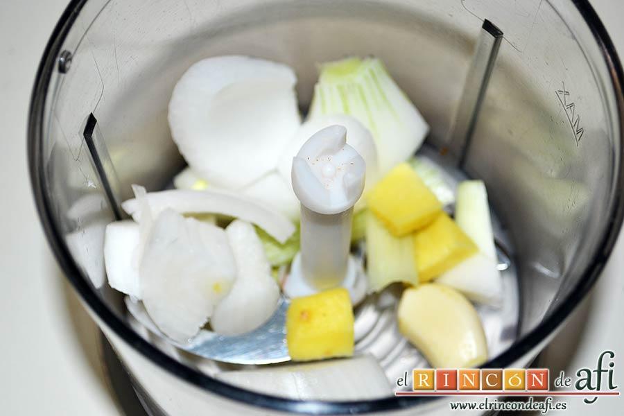 Mejillones con salsa de mostaza, triturar la cebolla, el diente de ajo y el jengibre