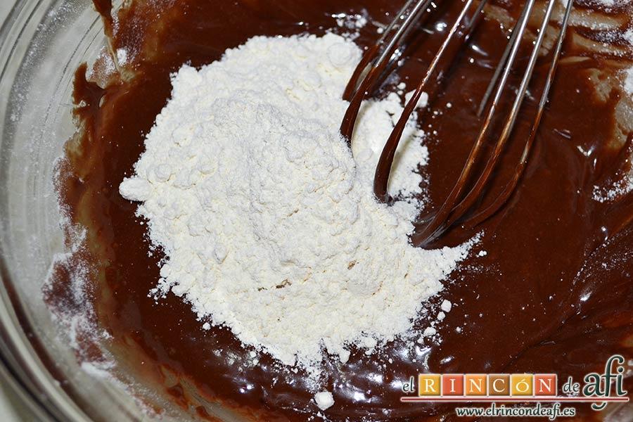 Nutellotti o galletas de Nutella, añadir poco a poco la harina tamizada