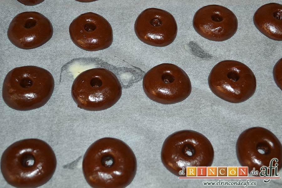Nutellotti o galletas de Nutella, hacer un pequeño agujero en el centro de cada una