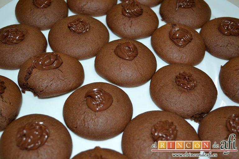 Nutellotti o galletas de Nutella, decorar con Nutella y una boquilla rizada