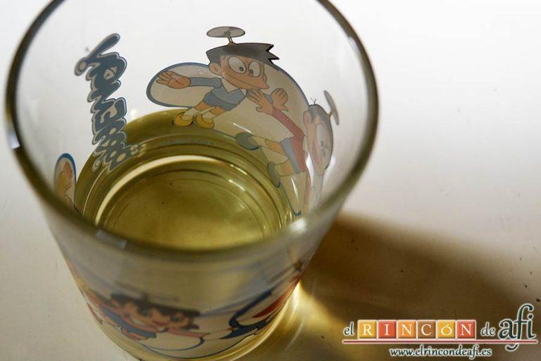 Pasta con salchichas frescas, preparar el medio vaso de vino blanco