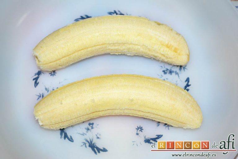 Plátanos amasados con gofio, pelarlos
