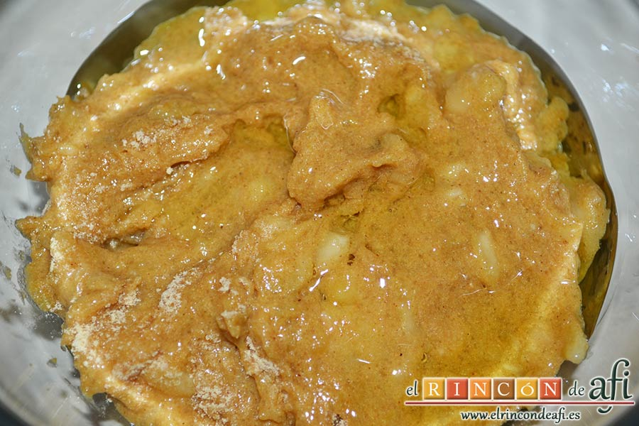 Plátanos amasados con gofio, añadir unas cucharadas de aceite de haber freído papas