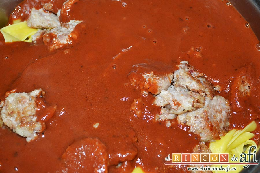 Cintas frescas con butifarra y salsa de tomate al vino dulce y chocolate, volcamos la salsa de tomate