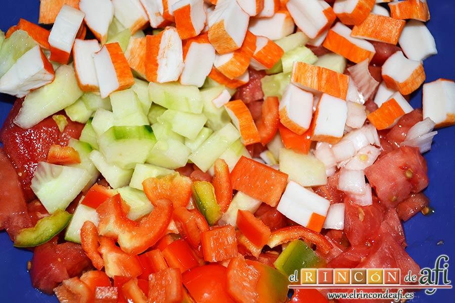 Ensalada de arroz de tres colores, picar los ingredientes
