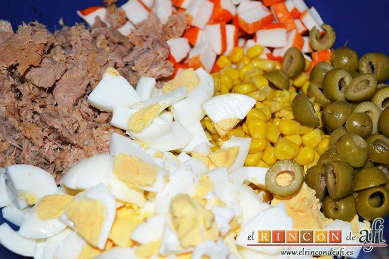 Ensalada de arroz de tres colores, picar los huevos sancochados, escurrir bien el atún, picar las aceitunas, escurrir el millo y picar los palitos de cangrejo