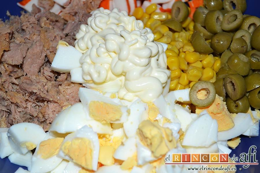 Ensalada de arroz de tres colores, añadir mayonesa al gusto
