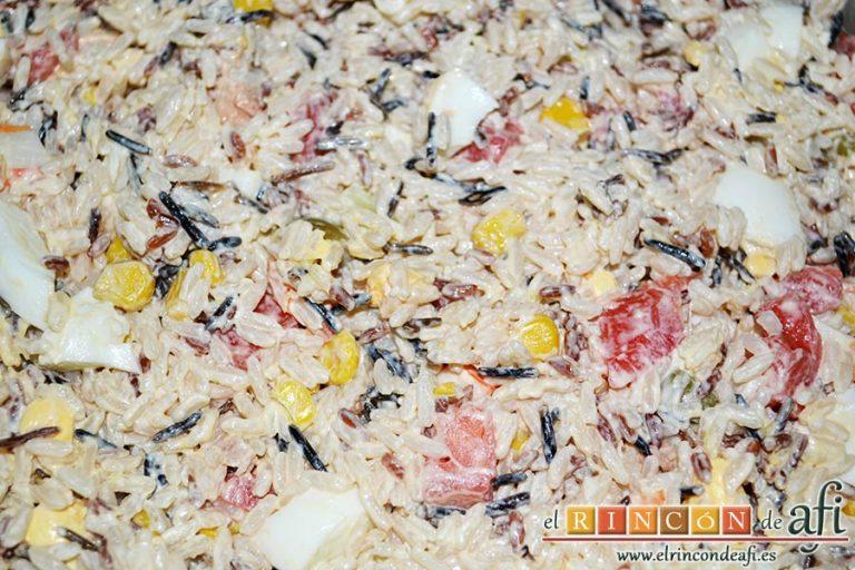 Ensalada de arroz de tres colores, mezclar bien y poner a enfriar