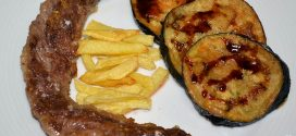Lagarto de cerdo ibérico a la plancha con berenjenas con miel de caña y papas fritas