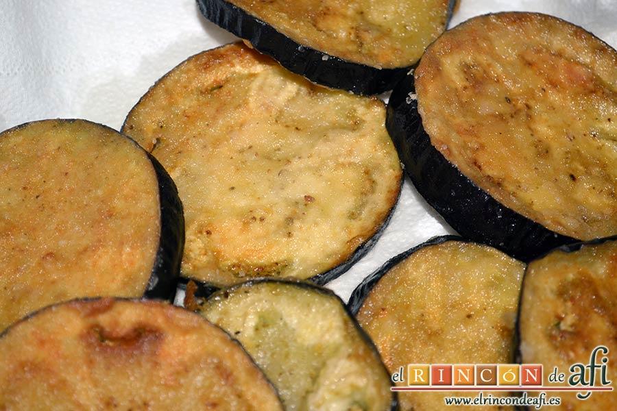 Lagarto de cerdo ibérico a la plancha con berenjenas con miel de caña y papas fritas, freír hasta que queden doradas por ambos lados y poner sobre papel absorbente