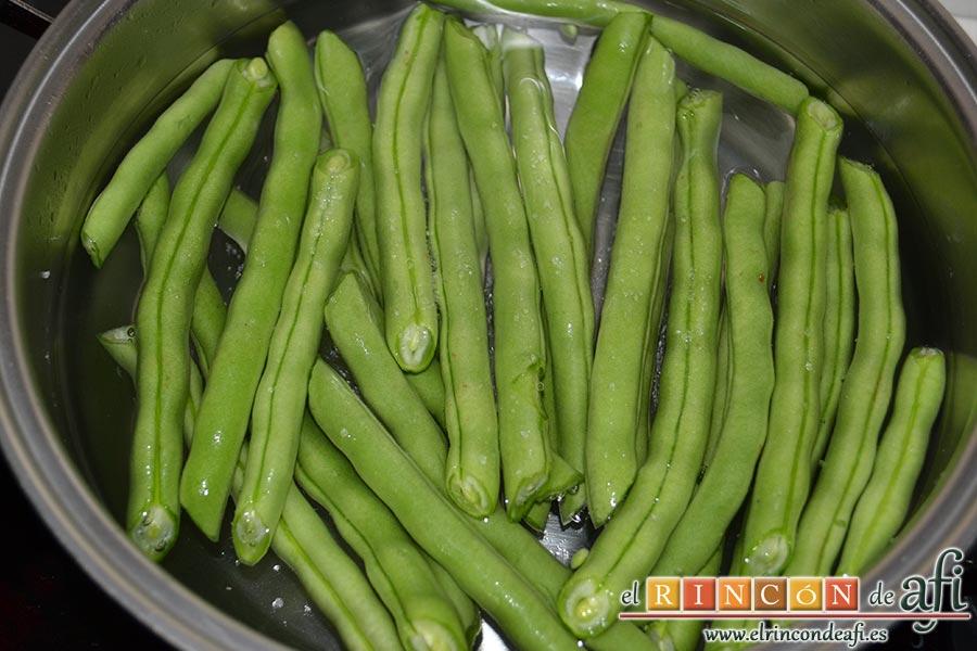 Lasaña de verduras con mozzarella fresca, limpiar las habichuelas y ponerlas a hervir
