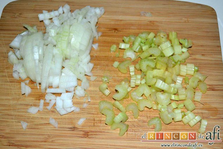 Lasaña de verduras con mozzarella fresca, limpiar y trocear el apio, trocear la cebolla