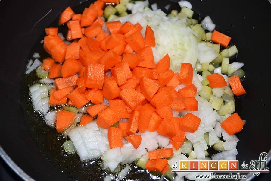 Lasaña de verduras con mozzarella fresca, pelar y trocear la zanahoria