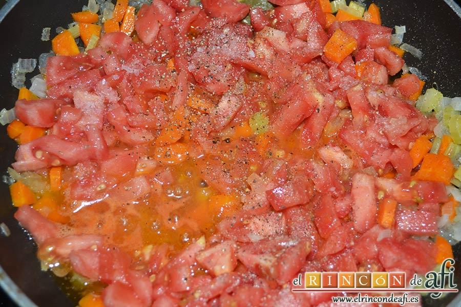 Lasaña de verduras con mozzarella fresca, salpimentar y seguir rehogando