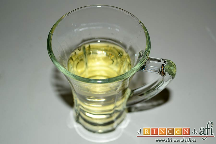 Lasaña de verduras con mozzarella fresca, preparar la media copita de vino blanco