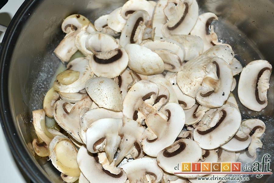 Muslos de pollo al curry con leche de coco y champiñones salteados, poner los champiñones a dorar