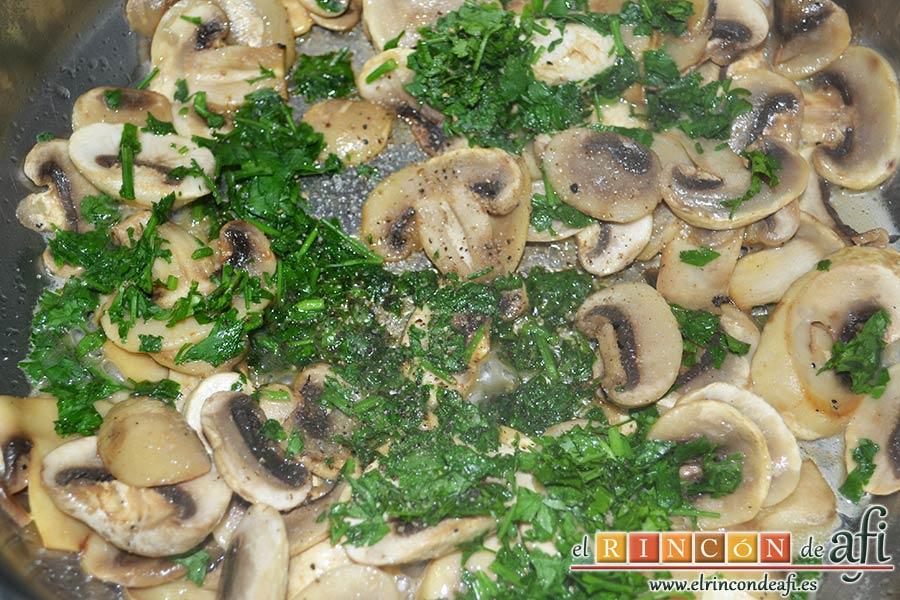 Muslos de pollo al curry con leche de coco y champiñones salteados, añadir el perejil picado, el zumo de limón y salpimentar