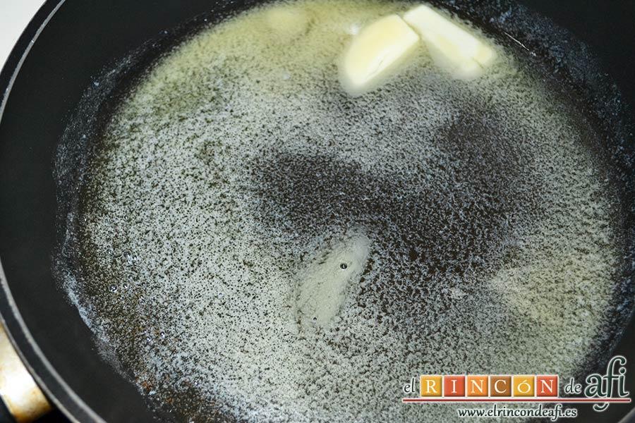 Muslos de pollo al curry con leche de coco y champiñones salteados, ponemos en una sartén el resto de la mantequilla y aceite de oliva