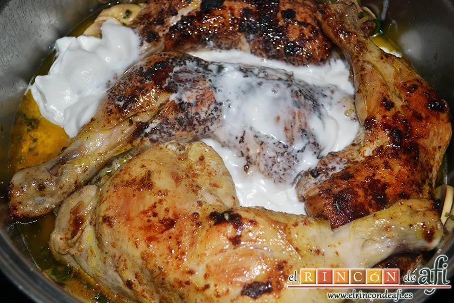 Muslos de pollo al curry con leche de coco y champiñones salteados, ponemos los muslos ya dorados sobre los champiñones y añadimos la leche de coco