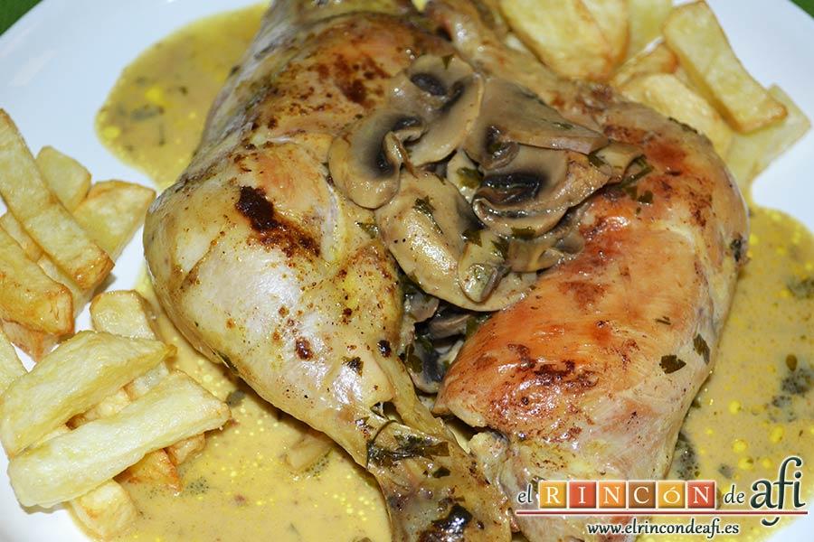 Muslos de pollo al curry con leche de coco y champiñones salteados, sugerencia de presentación