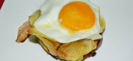 Papas fritas, huevos fritos, bacon y cebollas