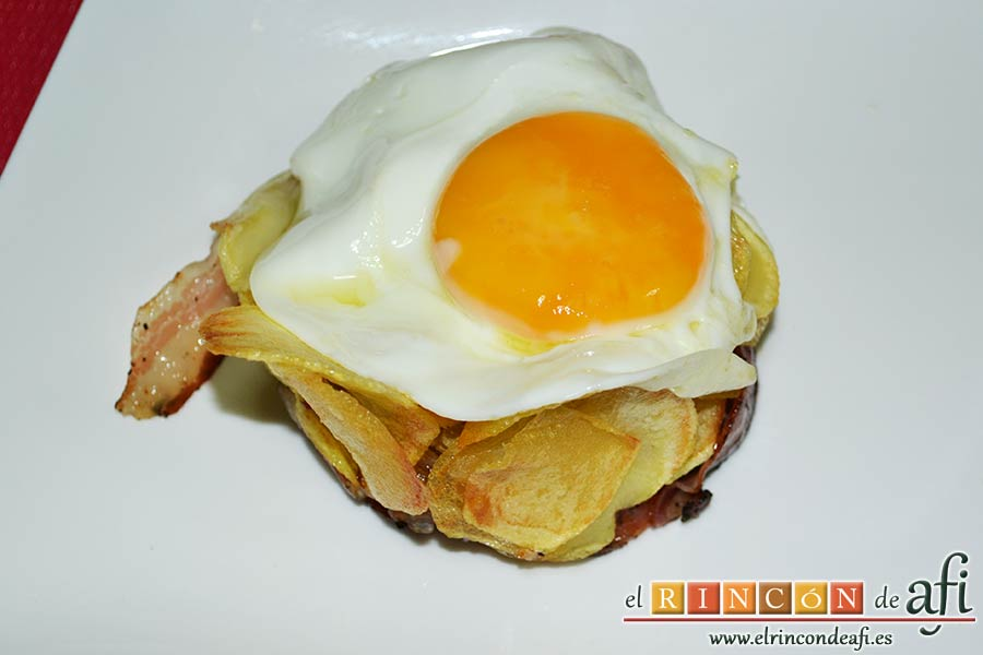Papas fritas, huevos fritos, bacon y cebollas