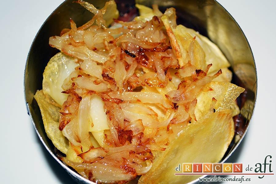 Papas fritas, huevos fritos, bacon y cebollas, ponemos una porción de cebolla frita