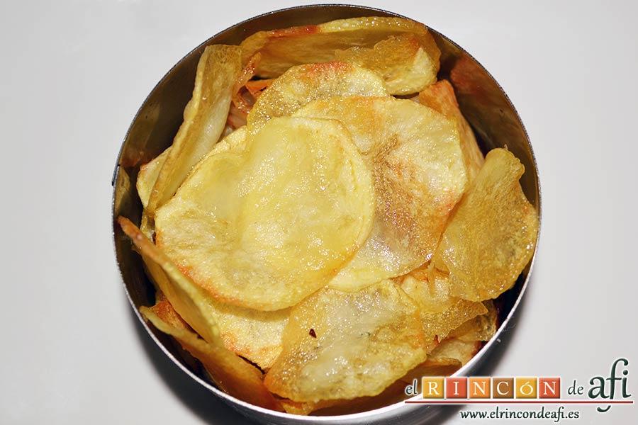 Papas fritas, huevos fritos, bacon y cebollas, cubrimos con otra cama de papas fritas