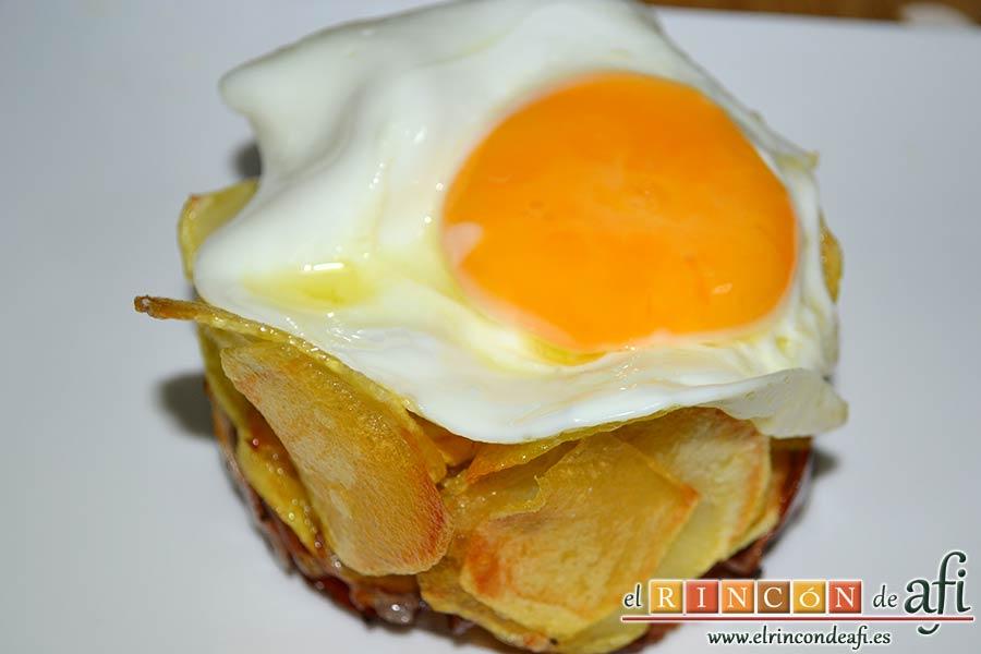 Papas fritas, huevos fritos, bacon y cebollas, quitar el aro con cuidado