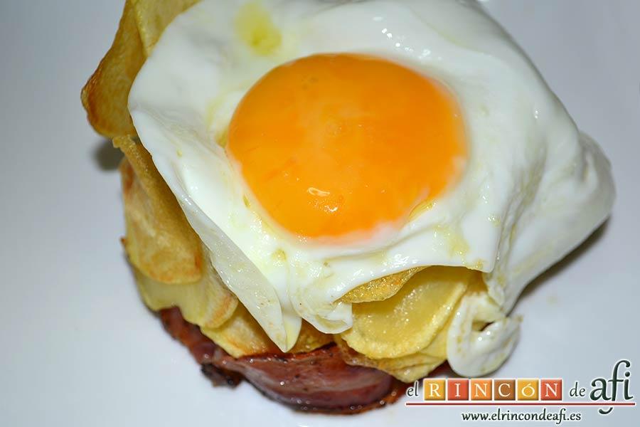Papas fritas, huevos fritos, bacon y cebollas, sugerencia de presentación