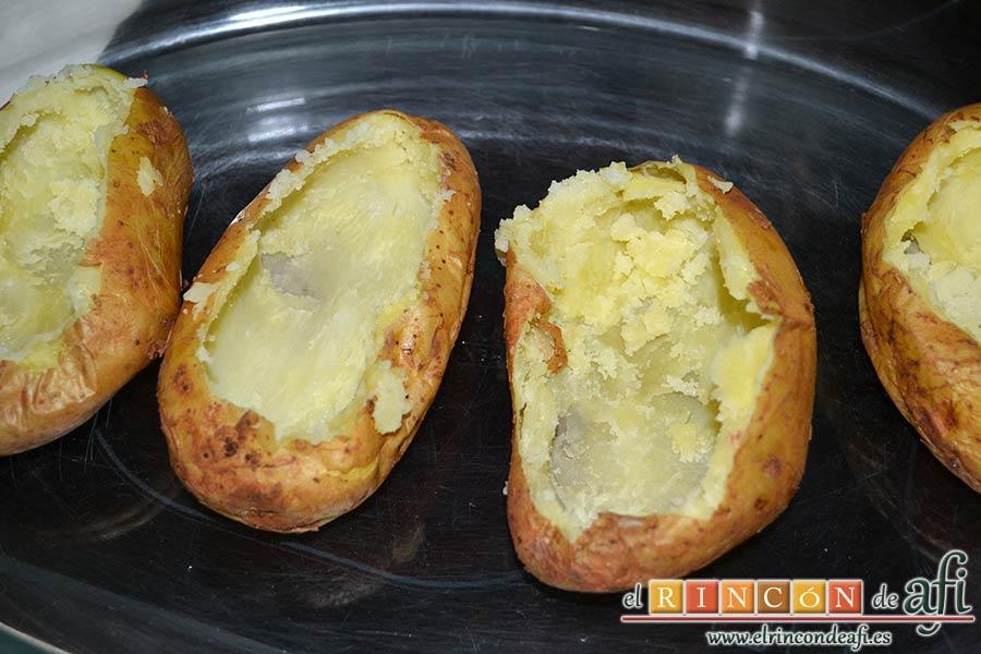 Papas rellenas de jamón y queso, colocar las cuatro papas en una fuente apta para horno