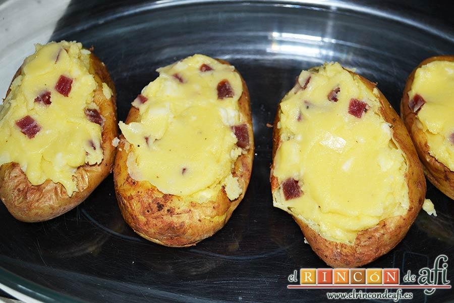 Papas rellenas de jamón y queso, rellenarlas con la mezcla