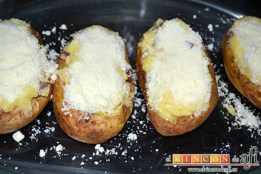 Papas rellenas de jamón y queso, cubrir con abundante queso rallado