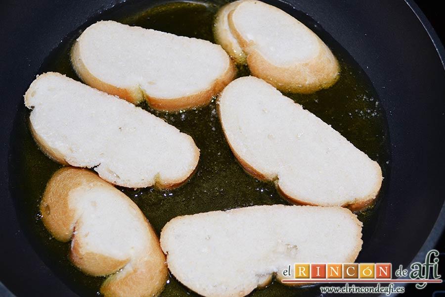 Sopas canas, poner las rodajas de pan en abundante aceite de oliva