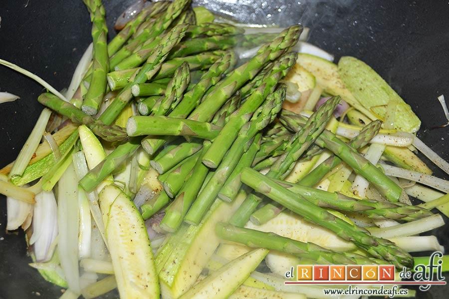 Wok de secreto ibérico con verduras al estilo asiático, salpimentar y añadir las yemas de los espárragos
