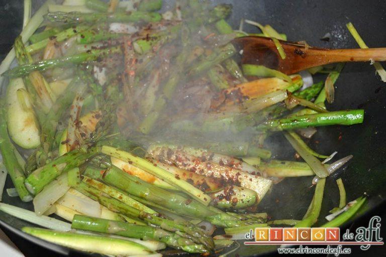 Wok de secreto ibérico con verduras al estilo asiático, añadir la salsa de soja y remover