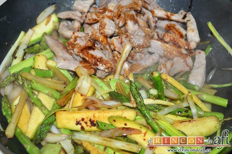 Wok de secreto ibérico con verduras al estilo asiático, separar verduras de la carne y añadir más soja