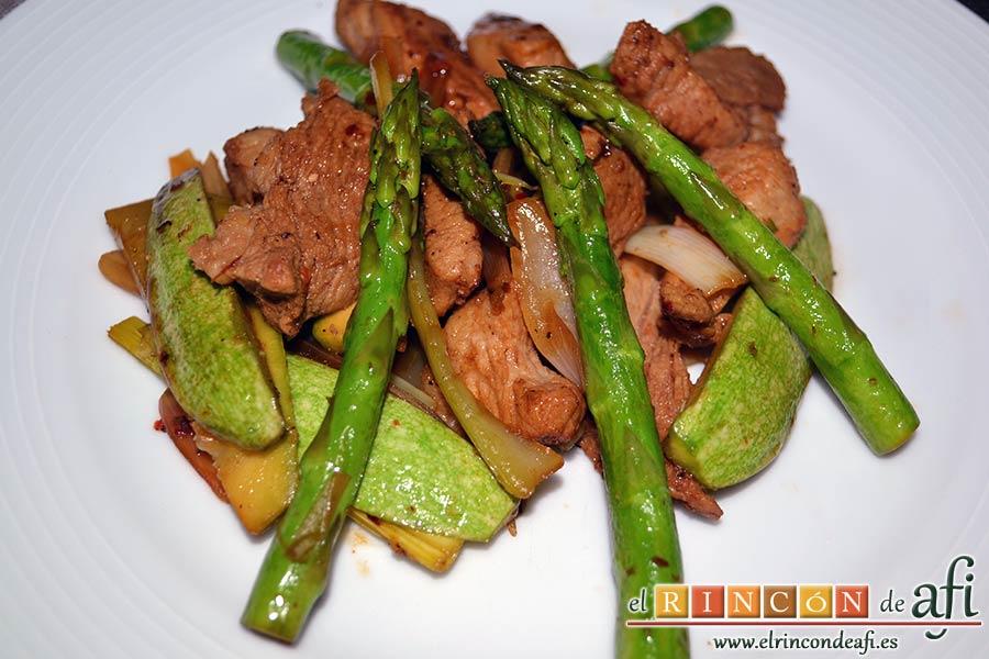 Wok de secreto ibérico con verduras al estilo asiático, sugerencia de presentación