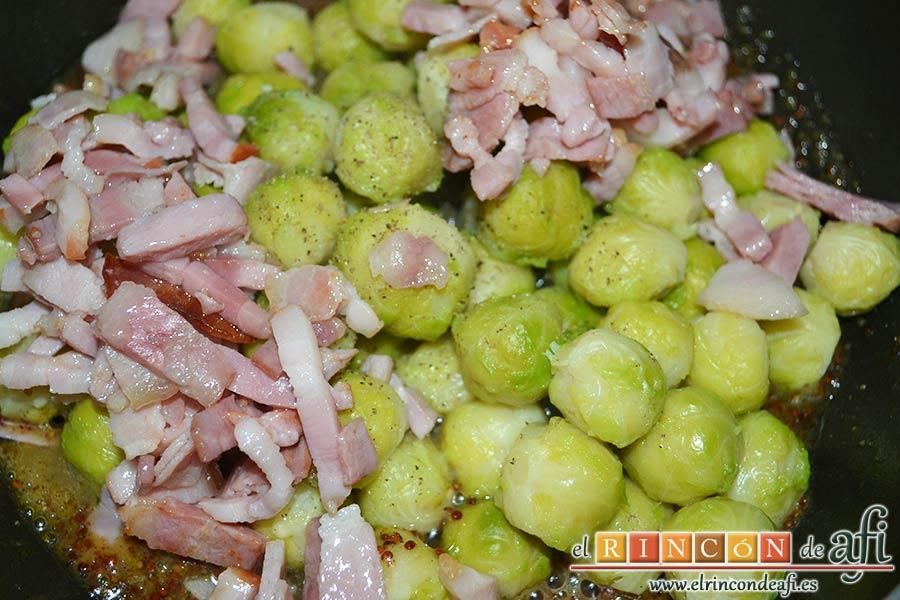 Coles de Bruselas con bacon, miel y mostaza antigua, volcarlas en la sartén añadiendo un poco de pimienta y el bacon
