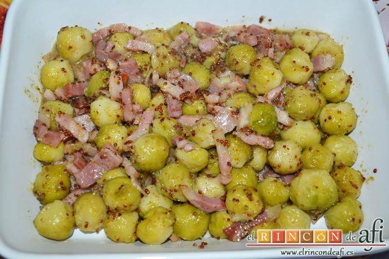 Coles de Bruselas con bacon, miel y mostaza antigua, remover bien, dejarlo un par de minutos a fuego bajo y poner en la fuente de servir