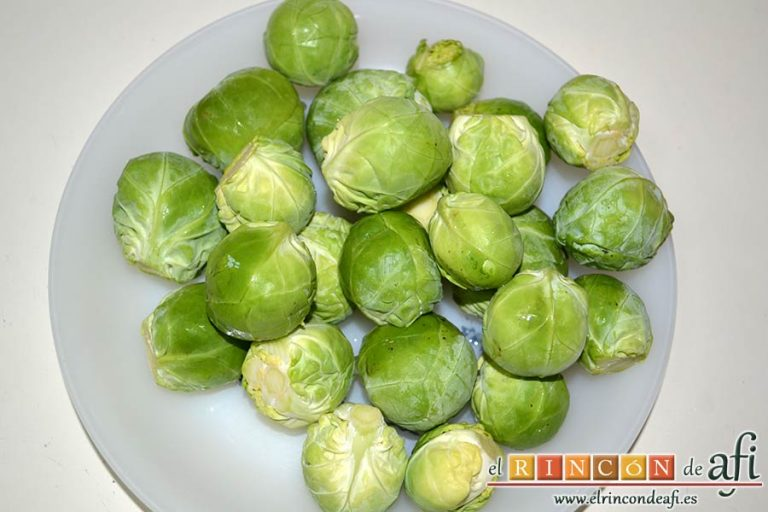 Coles de Bruselas con mantequilla de avellanas, lavamos las coles de Bruselas y retiramos las hojas que no estén bien