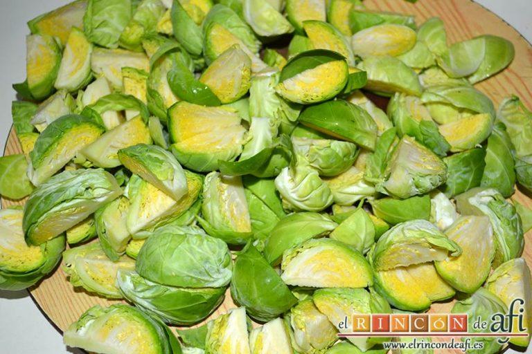Coles de Bruselas con mantequilla de avellanas, cortar las coles en cuartos