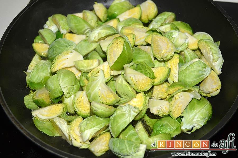 Coles de Bruselas con mantequilla de avellanas, dorar las coles en una sartén con un poco de aceite de oliva